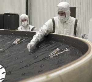Le bouclier thermique de Curiosity est contrôlé afin de détecter les bactéries présentes à sa surface. Crédits : NASA/Glenn Benson