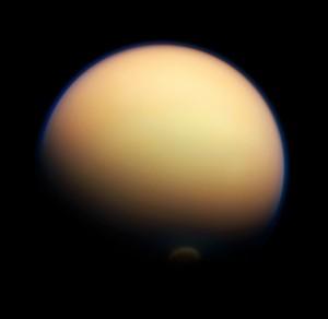 Photographie de Titan par la sonde Cassini, l'ouragan permanent du pôle sud y est clairement visible. Crédits: ESA