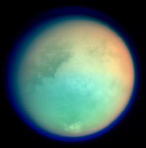 Photo en fausse couleurs de Titan, prise en 2004. Les longueurs d'ondes visibles sont l'infrarouge et l'ultraviolet. Crédits: NASA