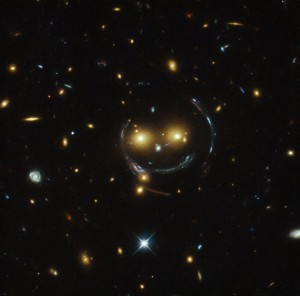 Un smiley gravitationnel Crédit: Hubble Space Telescope (NASA/ESA)