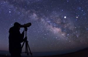 Ciel étoilé, la voie lactée est bien visible au centre Crédits: Babak Tafreshi / Barcroft Media