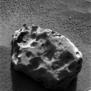 Photographie de la météorite Heat Shield Rock (ou officiellement Meridiani Planum), prise sur Mars par la sonde Opportunity le 6 Janvier 2005. (Crédits: NASA)