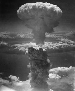 Explosion de la bombe Little Boy au dessus de la ville d'Hiroshima