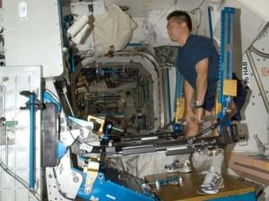 """Astronaute """"poussant de la fonte"""" sur l'ISS. (Crédits: NASA / Gizmodo)"""