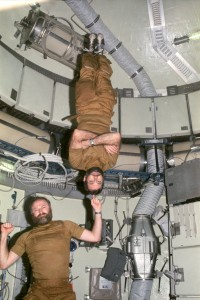 "L'astronaute Gerald Carr ""portant"" son coéquipier William Pogue lors de la mission Skylab 4 en 1974. (Crédit: NASA)"