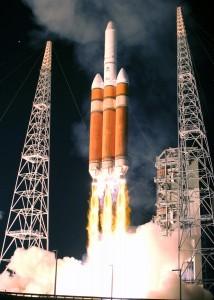 Décollage du lanceur Delta IV à Cap Canaveral en configuration Heavy-3 transportant un satellite militaire du DSP. (Crédits: Buckley Air Force)