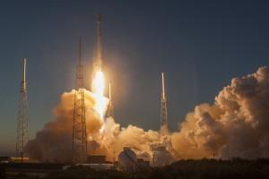Décollage du lanceur Falcon 9 de la société privée SpaceX lors de la mise en orbite du satellite DSCOVR de la NASA. (Crédit: SpaceX)