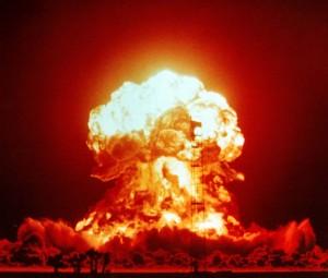 Explosion Badger de 23 kilotonnes le 18 avril 1953 dans le désert du Nevada. (Crédit: Gouvernement des USA)