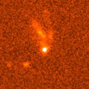 Sursaut Gamma GRB990123 (Gamma Ray Burst), photographié par Hubble le 8 février 1999. L'explosion ayant eu lieu le 23 janvier 1999, sa lueur sur cette photo ne représentait plus qu'un quatre millionième de ce qu'elle avait été. Soit aussi lumineuse que 100 millions de milliards d'étoiles ! Elle se situe au sein d'une galaxie se trouvant aux 2/3 de la distance qui nous sépare de l'horizon observable de l'univers. (Crédits: ESA/NASA)
