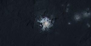 Détail du cratère Occator sur Cérès et de sa tache lumineuse principale. Photographie de la sonde spatiale Dawn en février 2016, résolution de 35 mètres par pixel. (Credit: NASA/JPL-Caltech/UCLA/MPS/DLR/IDA/PSI)